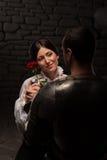 Caballero que da una rosa a la señora Fotos de archivo