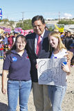 Caballero que se coloca con 2 muchachas delante de los partidarios de Kerry Campaign, Gallup, nanómetro del nativo americano Foto de archivo