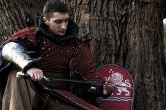 Caballero que sostiene su espada imagen de archivo libre de regalías