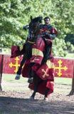 Caballero victorioso a caballo en el castillo de Warwick Fotos de archivo libres de regalías
