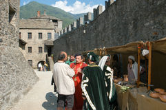 Caballeros en la acción durante el festival anual del renacimiento Imagenes de archivo