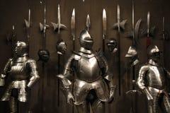 Caballeros heroicos en armadura brillante imagenes de archivo