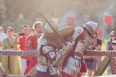 Caballeros que luchan en el festival de Tustan en Urych, Ucrania, el 2 de agosto fotografía de archivo libre de regalías