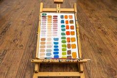 Caballete con ejercicio de mezcla del color en el papel Fotos de archivo libres de regalías