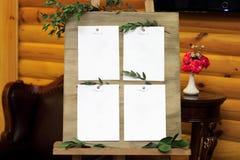 Caballete de madera con un tablero A bordo las hojas blancas atadas Fotos de archivo