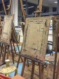 Caballete de madera en un estudio, escuela de arte Fotografía de archivo
