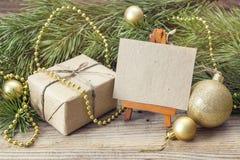 Caballete miniatura con la tarjeta en blanco, la caja de regalo, las ramas del pino y Chr Fotografía de archivo libre de regalías