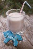 Caballo azul del pan de jengibre de la Navidad y un batido de leche Foto de archivo