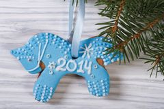Caballo azul del pan de jengibre en el abeto de la Navidad Fotografía de archivo libre de regalías