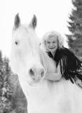 Caballo blanco y mujer imagen de archivo