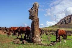 Caballo cerca de las estatuas en Isla de Pascua Rapa fotografía de archivo
