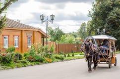 Caballo con un carro para caminar alrededor de la ciudad de Suzdal Foto de archivo libre de regalías