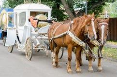 Caballo con un carro para caminar alrededor de la ciudad de Suzdal Imagen de archivo libre de regalías