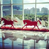 caballo corriente en el edificio de oficinas Imagenes de archivo