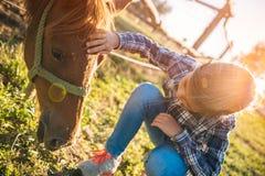 Caballo de la abrazo de la niña fotografía de archivo