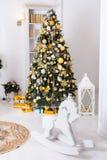 Caballo de madera del juguete, giftboxes, bolas de oro de las decoraciones de la Navidad Foto de archivo