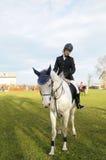 Caballo de montar a caballo adolescente Foto de archivo libre de regalías