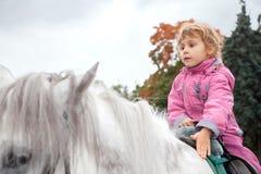 Caballo de montar a caballo adolescente de la muchacha Fotografía de archivo libre de regalías