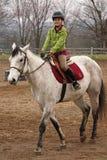 Caballo de montar a caballo bonito de la chica joven Fotos de archivo libres de regalías
