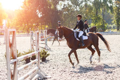 Caballo de montar a caballo de la chica joven en la competencia ecuestre Fotos de archivo
