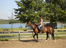 Caballo de montar a caballo de la muchacha Imagen de archivo