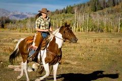 Caballo de montar a caballo de la mujer Imagenes de archivo