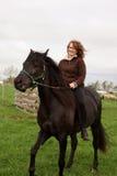 Caballo de montar a caballo de la mujer imágenes de archivo libres de regalías