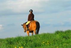 Caballo de montar a caballo de la mujer Foto de archivo libre de regalías