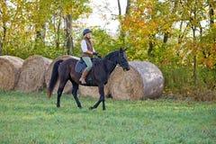 Caballo de montar a caballo de la mujer imagen de archivo