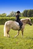 Caballo de montar a caballo del adolescente Imagen de archivo libre de regalías