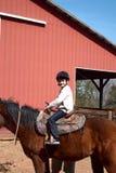Caballo de montar a caballo del muchacho Fotos de archivo
