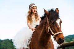 Caballo de montar a caballo lindo de la muchacha Imagen de archivo