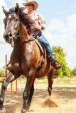 Caballo de montar a caballo occidental de la mujer de la vaquera Actividad del deporte Foto de archivo