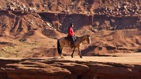 Caballo de montar a caballo indio en valle del monumento Imágenes de archivo libres de regalías