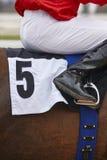Caballo de raza con el jinete listo para correr Área del prado Fotos de archivo