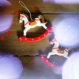 Caballo del juguete del vintage con las luces de la Navidad Fotografía de archivo