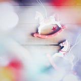 Caballo del juguete del vintage con las luces de la Navidad Imagen de archivo libre de regalías