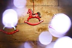 Caballo del juguete del vintage con las luces de la Navidad Imagenes de archivo