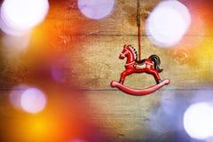 Caballo del juguete del vintage con las luces de la Navidad Fotos de archivo libres de regalías