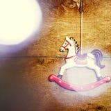Caballo del juguete del vintage con las luces de la Navidad Fotografía de archivo libre de regalías