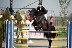 Caballo ecuestre Rider Jumping Represente mostrar a un competidor que se realiza en la competencia de salto de demostración fotos de archivo