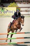 Caballo ecuestre Rider Jumping Represente mostrar a un competidor que se realiza en la competencia de salto de demostración imagen de archivo libre de regalías