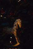 Caballo hermoso del juguete de la Navidad en sala de estar con el árbol adornado, regalos Fotografía de archivo