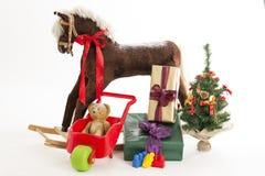 Caballo mecedora con el regalo de la Navidad, juguetes, árbol de Navidad Fotografía de archivo