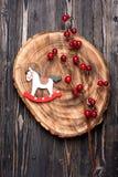 Caballo mecedora de la decoración de la Navidad del vintage sobre fondo de madera Imagenes de archivo