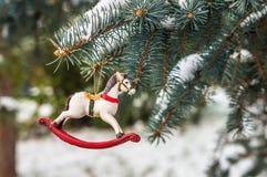 Caballo mecedora, primer de la decoración del árbol de navidad Fotos de archivo libres de regalías