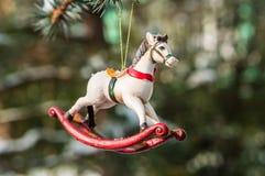 Caballo mecedora, primer de la decoración del árbol de navidad Imagenes de archivo