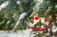 Caballo mecedora, primer de la decoración del árbol de navidad Imagen de archivo