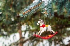 Caballo mecedora, primer de la decoración del árbol de navidad Fotografía de archivo