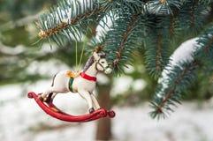 Caballo mecedora, primer de la decoración del árbol de navidad Foto de archivo libre de regalías